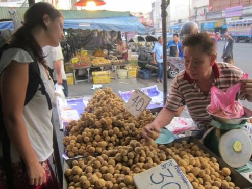 shopping for langsat, Nothaburi market